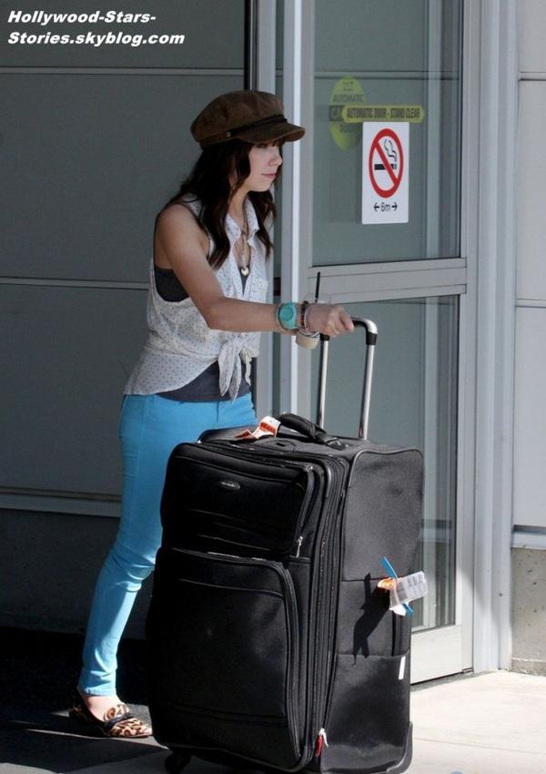 Carly Rae Jepsen à l'aéroport de Vancouver, au Canada. Vendredi, 06 jullet