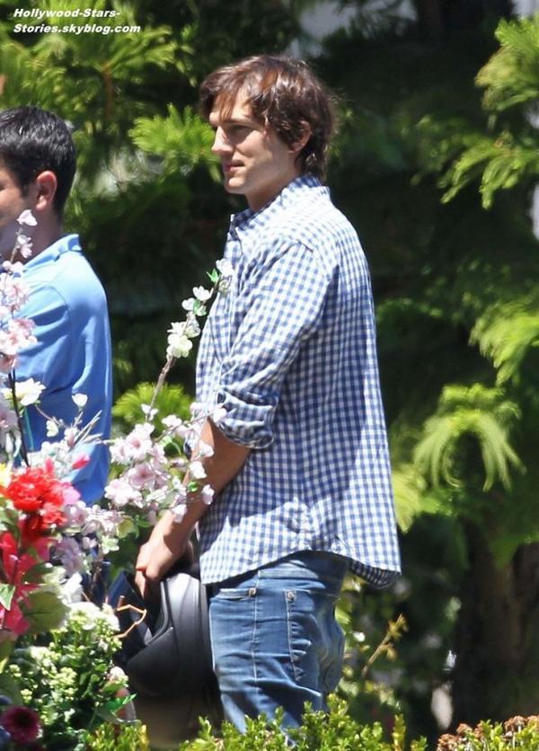 Ashton Kutcher et Mila Kunis ont passé la journée avec la famille de Mila à Hollywood. Dimanche, 08 juillet