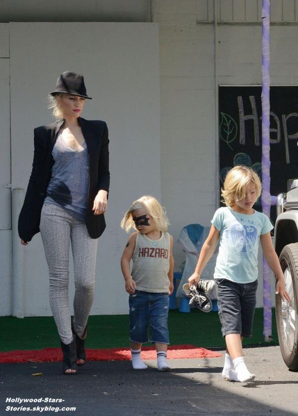 Gwen Stefani dans les rues de Los Angeles avec ses fils Zuma et Kingston. Samedi, 07 juillet