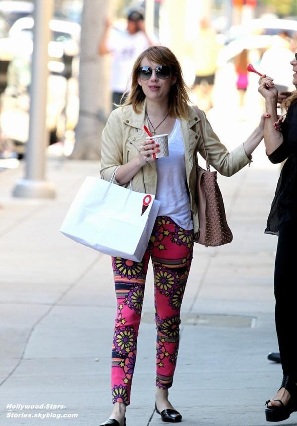 Emma Roberts faisant du shopping avec une amie à Los Angeles. Vendredi, 06 juillet