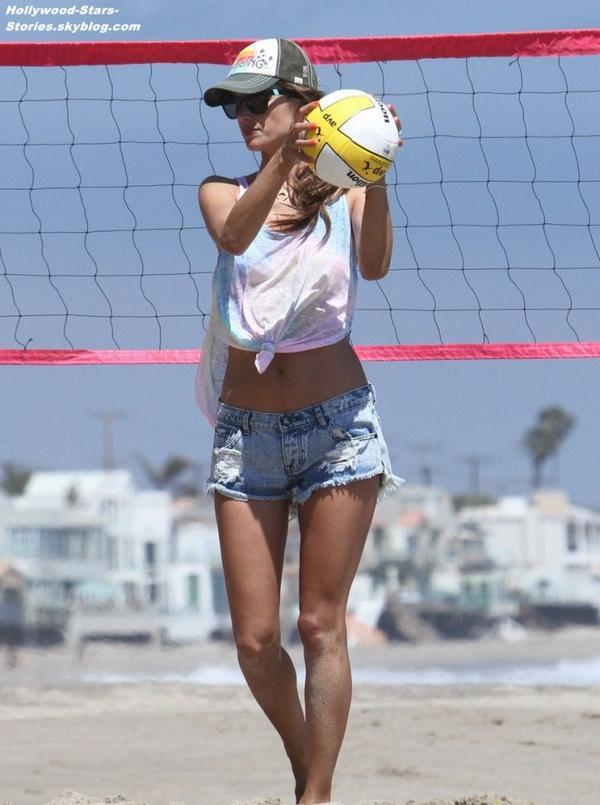 Alessandra Ambrosio jouant au volley avec son fiancé Jamie Mazur, à Malibu. Samedi, 07 juillet