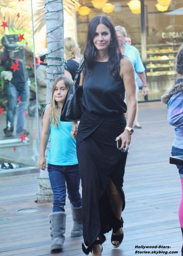 Courteney Cox est allé déjeuner avec sa fille Coco au Cafe Habana, à Malibu. Samedi, 07 juillet