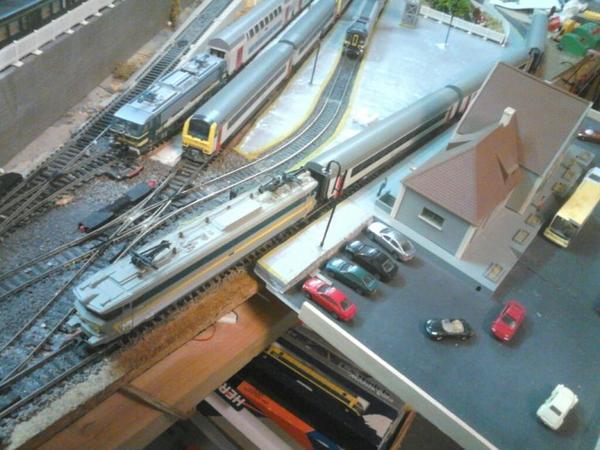 Notre loco série 18 et ses voitures I11 entre en gare