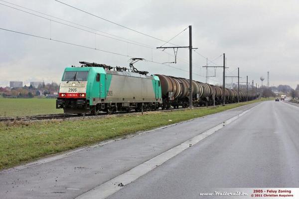 Locomotive électrique série 29 avec plusieurs wagons marchandises