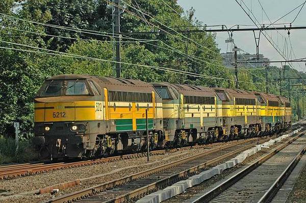 """Multiples locomotives """"cabine flottante"""" en livrée unique verte/jaune"""