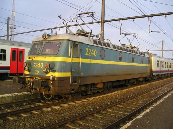 Locomotive electrique série 22 en livrée bleue/jaune