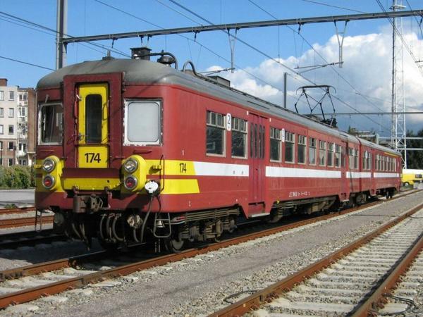 Automotrice AM 147 en livrée Bordeaux à liège