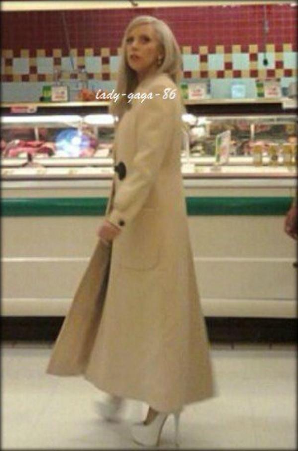 23/11/11 - Lady Gaga aperçue dans un supermarché en Pennsylvanie.