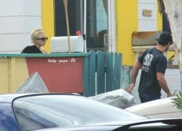 16/01/12 - Lady Gaga et Taylor Kinney aperçue à San Diego.