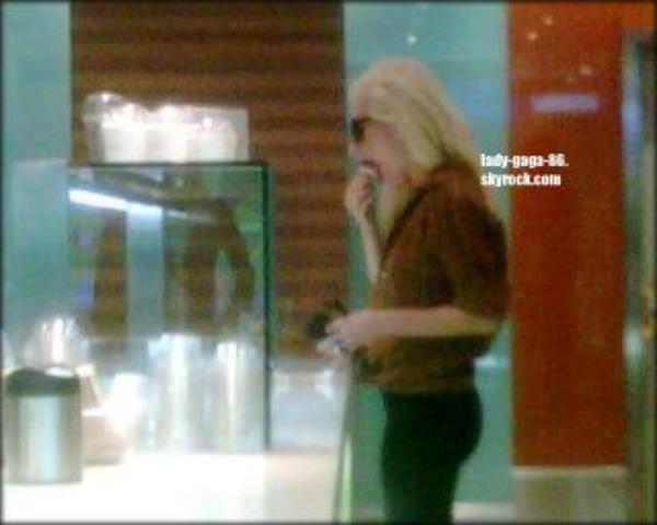 22.01.2012  Lady Gaga à été aperçue s'achetant un café