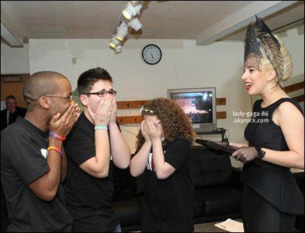 # 17/03/12 - Lady Gaga à rendu visite aux Pompiers de Chicago. Aaaah, les chanceux !