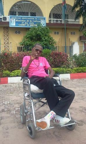 Patron de l'orchestre « Plus que Vainqueur » Frère Aimé Makengo remercie l'honorable Pius Muabilu pour ses bienfaits