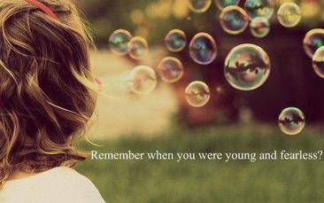 """"""" Tu te souviens quand on parlait de notre avenir ? On devait avoir 12 ... ou 13 ans. On se disait que notre vie serait parfaite ... Qu'est-ce qui s'est passé ? Tu peux me dire quand est-ce que les choses se sont mises à déraper ? Rien de tout ça n'aurait dû arriver ... Tu te rends compte qu'aujourd'hui je ne sais plus qui je suis ? Ni ce que je dois faire de ma vie ? Je me sens tellement ... perdue. """"   Blair, Gossip Girl"""