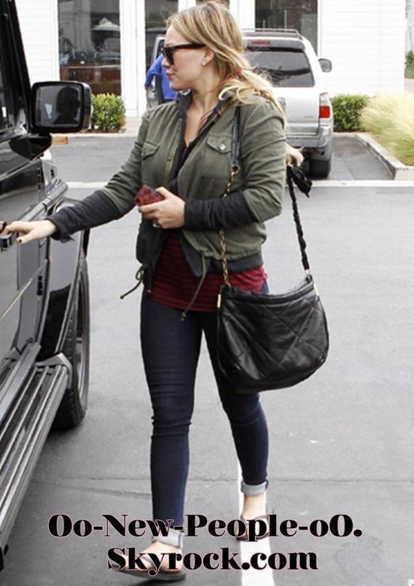 16.08.2011 - Reportage Photos : Hilary Duff : virée shopping décontractée pour la future maman !