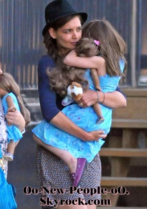 18.08.2011 - Reportage Photos - Suri Cruise : Se fait un petit casse-croûte !