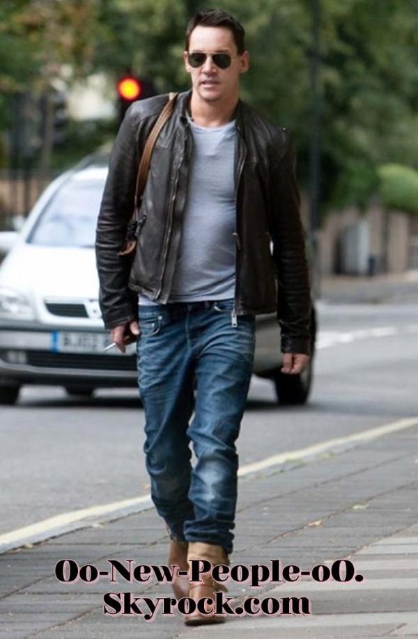 20.08.2011 - Reportage Photos : Jonathan Rhys-Meyer, petite sortie timide après sa tentative de suicide
