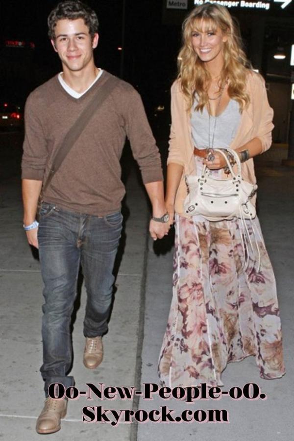 20.08.2011 - Reportage Photos : Nick Jonas toujours aussi in love de la charmante Delta Goodrem !