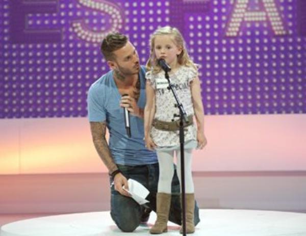 Matt dans l'ecole des fans avec la petite Romane. :) ♥