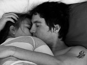Le crépuscule du bonheur est encore du bonheur, ne jamais gaspiller la plus petite seconde d'amour. Ne jamais laisser s'engloutir un sourire, se perdre un baiser, s'égarer une caresse.