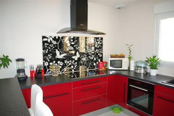La cuisine avec unn nouveau d cor en blanc rouge cass avec le gris noir location villa - Cuisine gris et blanc rouge ...
