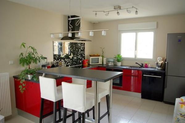 La cuisine avec unn nouveau d cor en blanc rouge cass for Cuisine amenagee rouge