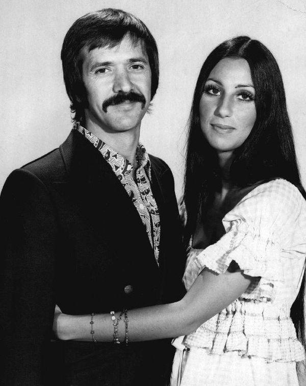 Décès dans un accident de ski de Sonny Bono, ex-chanteur du duo Sonny & Cher.