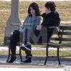 Selena & Nick Jonas discutant dans un parc de Chicago.                                 (ensemble ou pas ?)