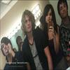 ...  Selena and the scène  :  Selena et son nouveau groupe  dans les coulisses du tournage de Falling Down