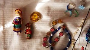 Lot de bijoux, broches, colliers, pendentifs, bagues