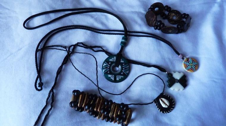 Lot de colliers et bracelets africains