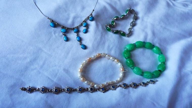 Lot de colliers et bracelets
