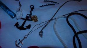Gloss Sephora / portes-clés /  Neud pap / headbands / bracelet Guerlain / 2 colliers en argent