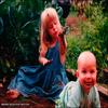 .   « Ancienne photo de twitter qui montre Bridgit et son frère lorsqu'ils étaient plus jeunes. »         .
