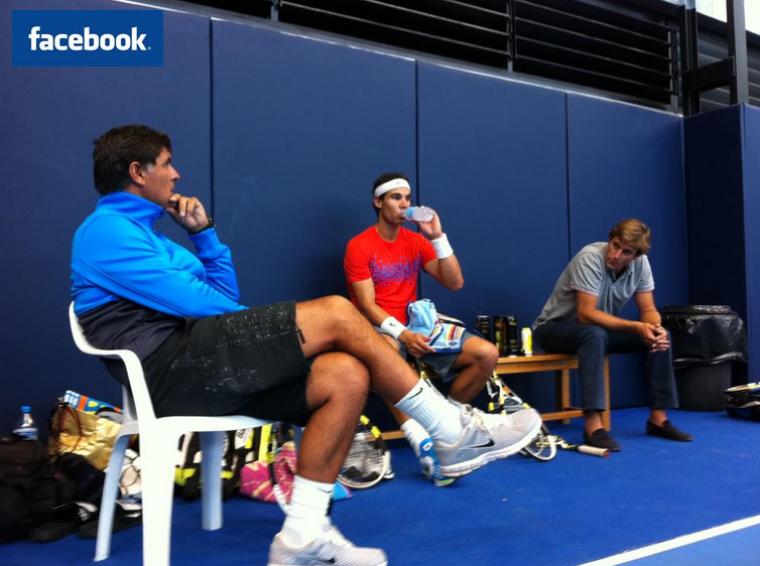 """26/09/11: """" Je fais une pause après l'entraînement, avec Arnau à Manacor. Aujourd'hui Carlos Costa mon manager est venu nous rendre visite :) """""""