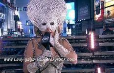 Lady gaga à Time Square interprétent born this way et marry the night .