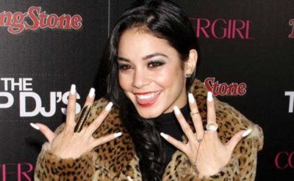Vanessa nous montre ces ongles :) je les trouve 'magnifique' :)