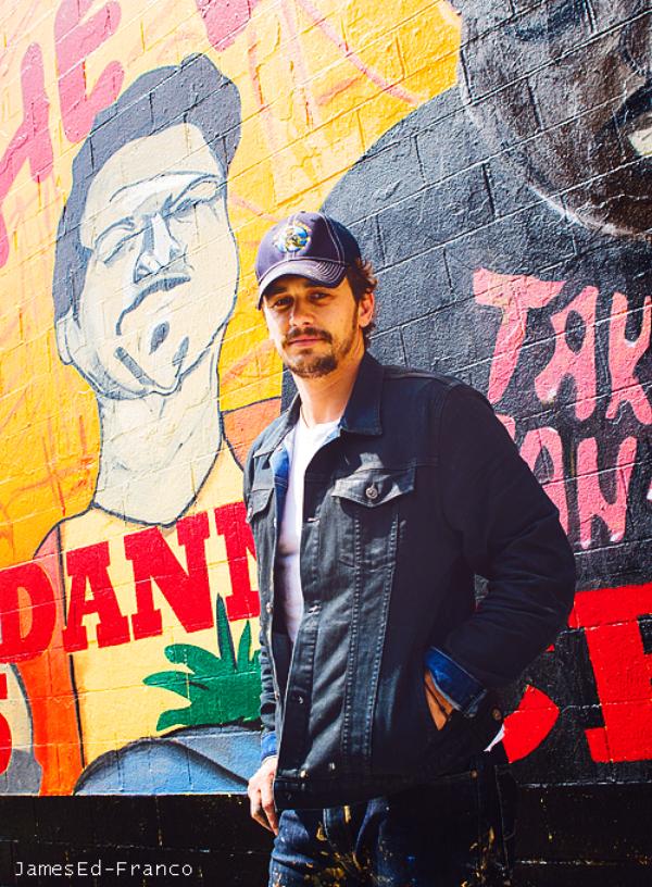 - - Photo  de James Franco : Derrière lui on peut voir le mur qu'il a peint pour This is the end.    + Photos de son nouveau film This is the end dont la promo a commencer. - -