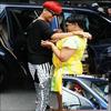 >> Rihanna En Barbade , Accueillis par sa mère à l'aeroport ! Voici les tous premiers candids de Rihanna conduisant une voiture ! Rihanna is so gorgeous !