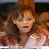 » A Votre Avis , Que Pense Rihanna en faisant cette Tête ? Photo Prise en 2006 au Restaurant Da Silvano à New York .