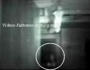 Apparition dans une maison hantée Durée : 1 min 24 Lieu : Oklahoma, États-Unis Année :  21 Novembre 2004 Type : Professionnel