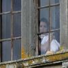 Vie Privée/Diversité  gg Le mariage de Katie et Tom Cruise  gg Katie berçant sa petite Suri à une fenêtre du chateau. Je trouve qu'elle a des allures de princesses !  gg