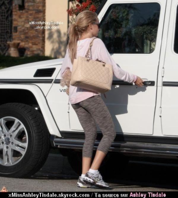 Le 20 septembre 2011 ◇ Ashley quittant la maison de sa mère a Toluca lake.