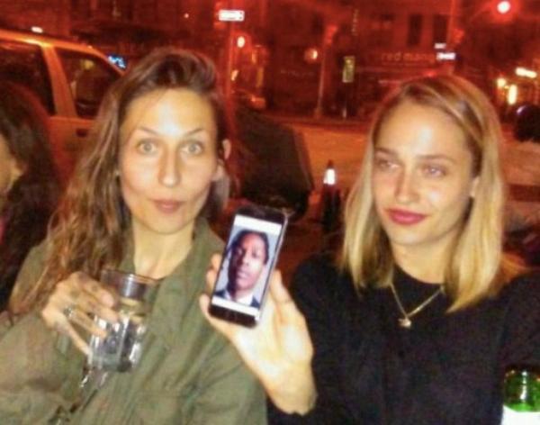27/05/2016: Jemima a passé du temps avec sa grande soeur Domino à la terrasse d'un bar. (J'adore la voir avec ses soeurs)