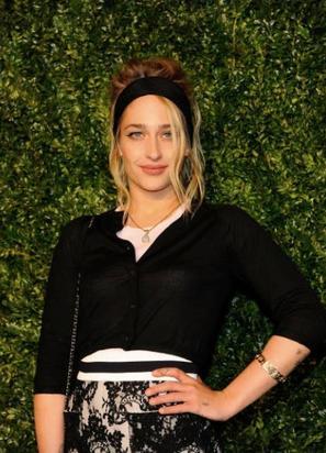 24/04/2017: Surement les dernières photos de Jemima à 31 ans ... Elle était au Tribeca Festival où était organisé un diner Chanel. Zosia sa co-star et amie dans Girls était aussi présente mais pour l'instant pas de photos des deux ensemble... Lola sa soeur était elle aussi de la partie. Niveau tenue c'est un big top pour ma part et les cheveux coiffés comme ça, ça fait un peu Brigitte Bardot ça lui va super bien.