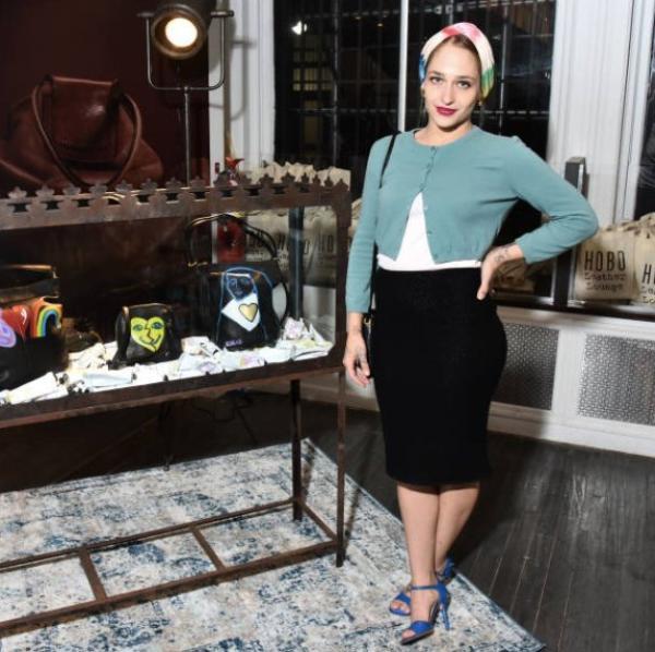 """01/11/2017: Jemima, sa soeur Domino et Alex Cameron était à une soirée Hobo leather Hosted by artists & fleas Vip Event. Apparemment une soirée de lancement pour un projet de la marque de sac Hobo avec des artistes pour des sac """"artisanaux"""". Jemima a participé au projet elle aurait peint sur 20 sacs différents. Le lancement de ces sac serait le 15 novembre... affaire à suivre. En tout cas j'adore sa tenue à l'event et la voir avec Domino me fait toujours plaisir."""