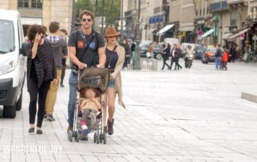 Bethany Et Sa Fille Maria Visite Paris