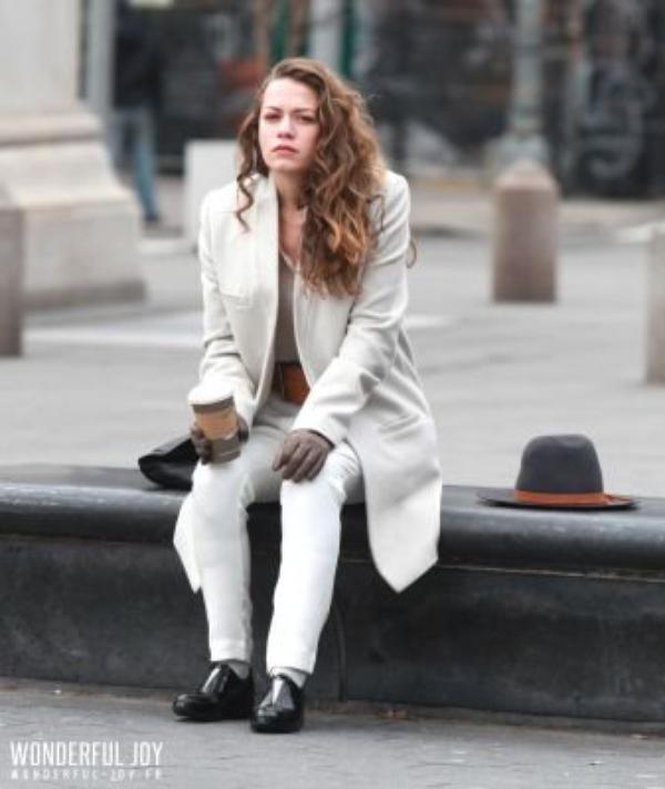 """Bethany Joy Lenz a été prise en photo (en compagnie de ses collègues) sur son sixième jour de tournage du nouveau pilote """"Songbyrd"""". Le tournage à eu lieu au Washington Square Park. Les photos sont classées dans deux albums différents.Parti 2"""
