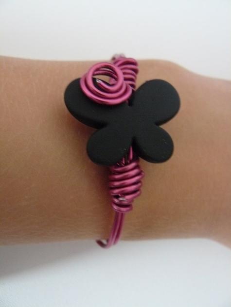 bracelet papillon noir et fushia ( 4 + 1 frais de port )