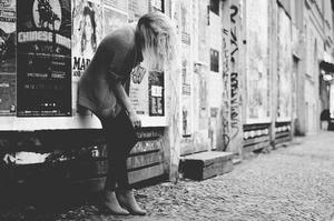 - Etre dos au mur -