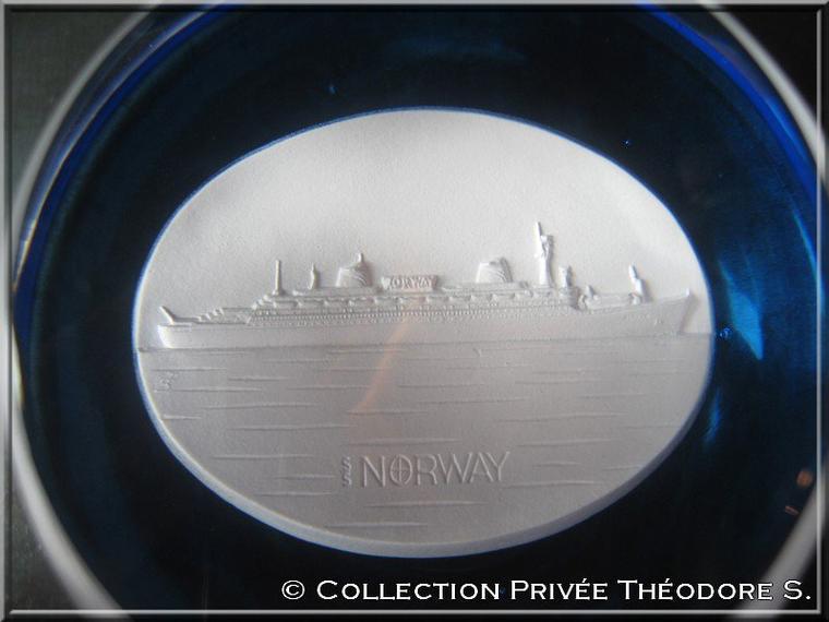 Presse papier cristal de Sèvres du NORWAY 1980
